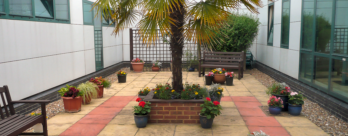 The outside courtyard of the daycase unit at Ashford Hospital